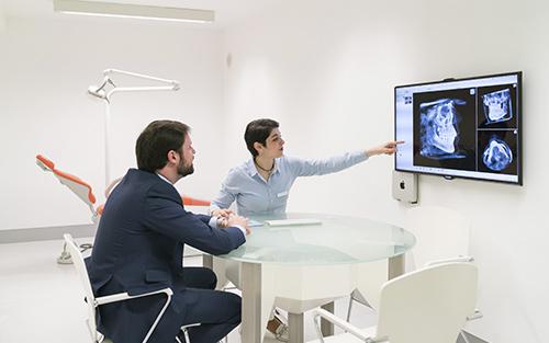 Reunión con un paciente de ortodoncia