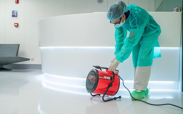 profesional de Lorente limpia el ambiente con filtro frente covid